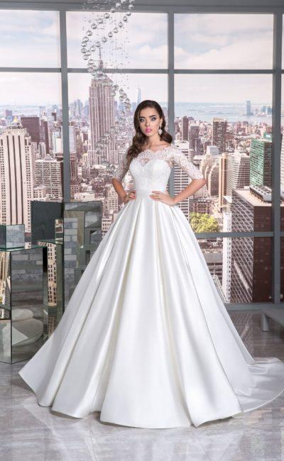 Атласное свадебное платье пышного кроя с женственным рукавом из кружева.