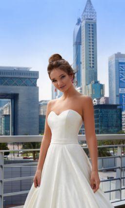 Изысканное свадебное платье с вырезом в форме сердца и роскошной юбкой А-кроя.