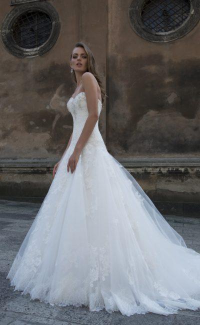 Свадебное платье «принцесса» с открытым лифом, кружевным декором и вышивкой.