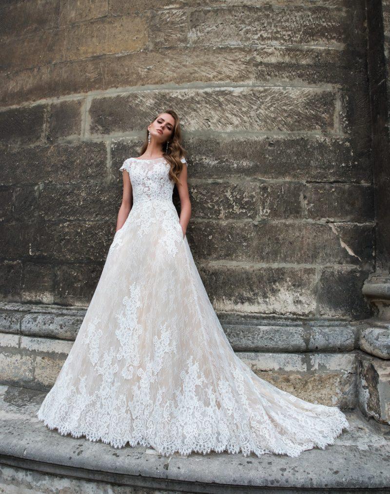Элегантное свадебное платье «принцесса», полностью покрытое кружевной отделкой.