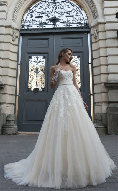 Открытое свадебное платье цвета слоновой кости с кружевным верхом и юбкой А-кроя.