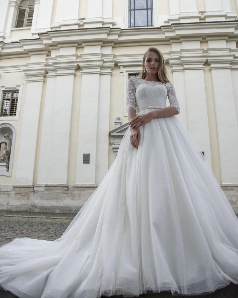 Закрытое свадебное платье «принцесса» с узким поясом и кружевным рукавом до локтя.