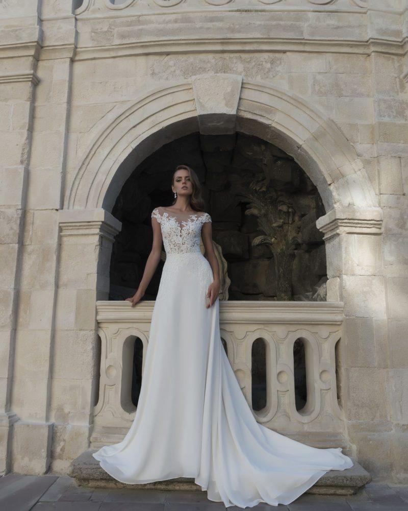 Утонченное свадебное платье «русалка» с полупрозрачным верхом и длинным шлейфом.