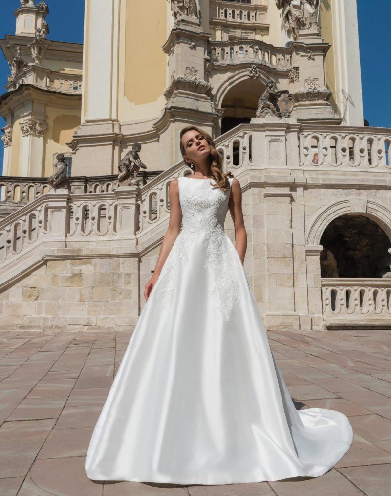 Атласное свадебное платье «принцесса» с вырезом бато и фактурной отделкой.
