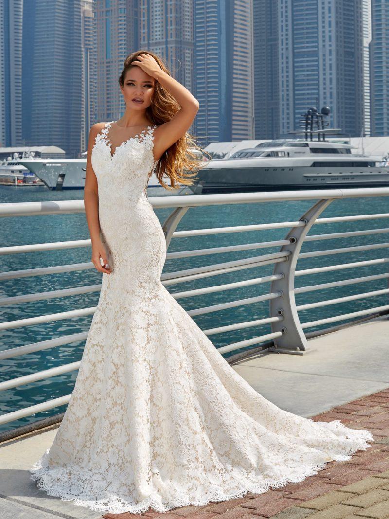 Кружевное свадебное платье c V-образным вырезом и эффектной юбкой «рыбка».