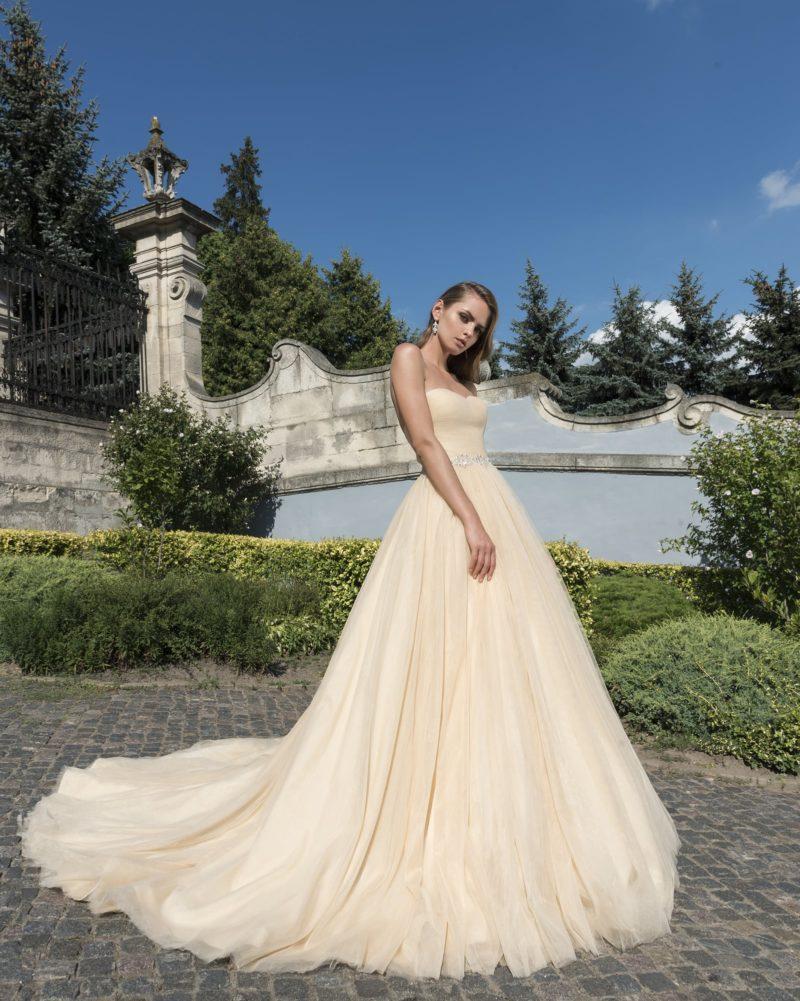 Золотистое свадебное платье с пышной многослойной юбкой и лифом в форме сердца.