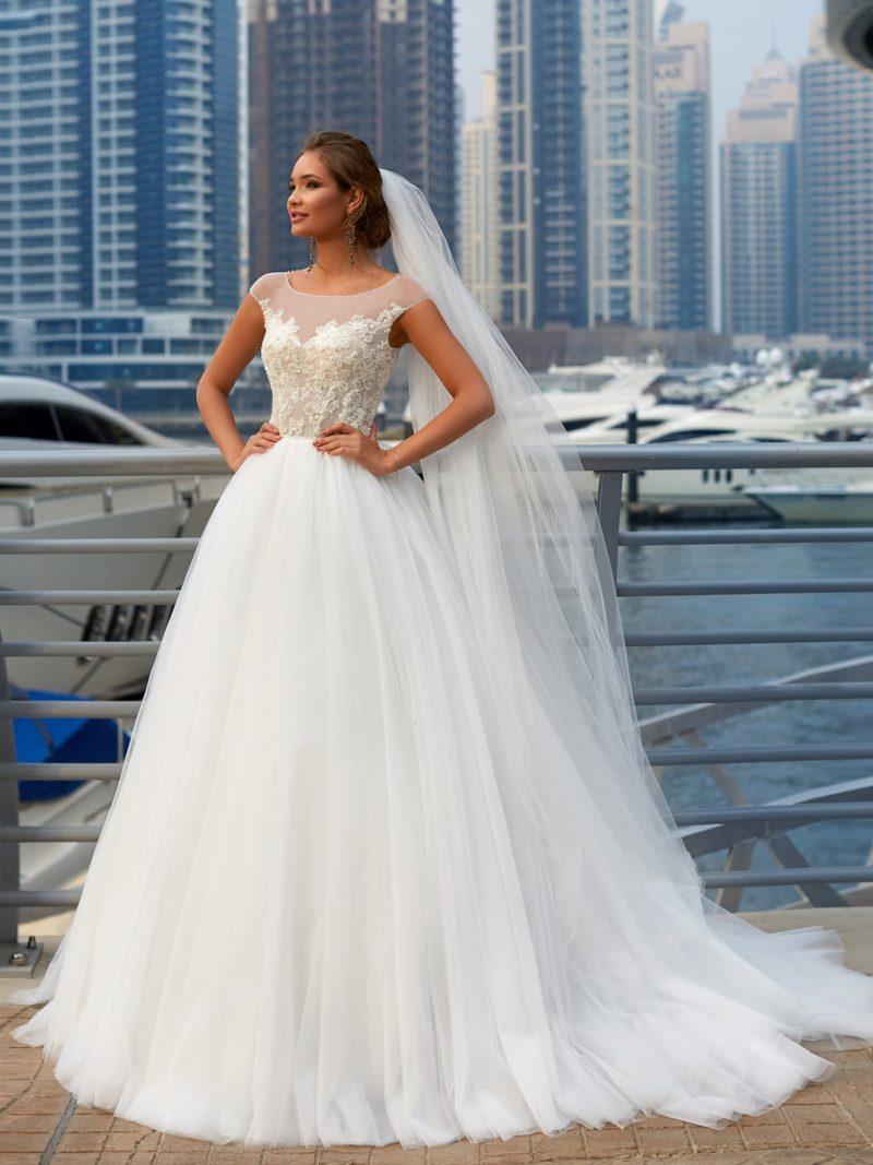 Пышное свадебное платье с романтичным полупрозрачным лифом с кружевом.