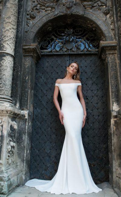 Впечатляющее свадебное платье «рыбка» с прямым портретным вырезом с бретелями.
