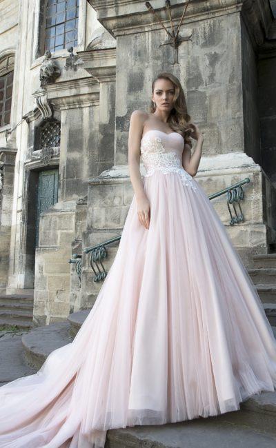 Потрясающее розовое свадебное платье пышного кроя с белым кружевом на лифе.