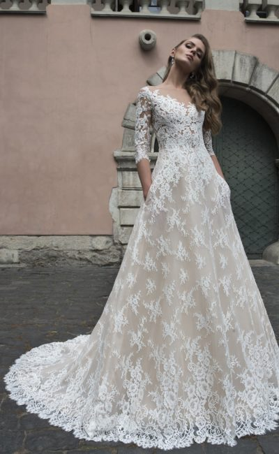 Бежевое свадебное платье «принцесса» с длинным рукавом, покрытое кружевом.
