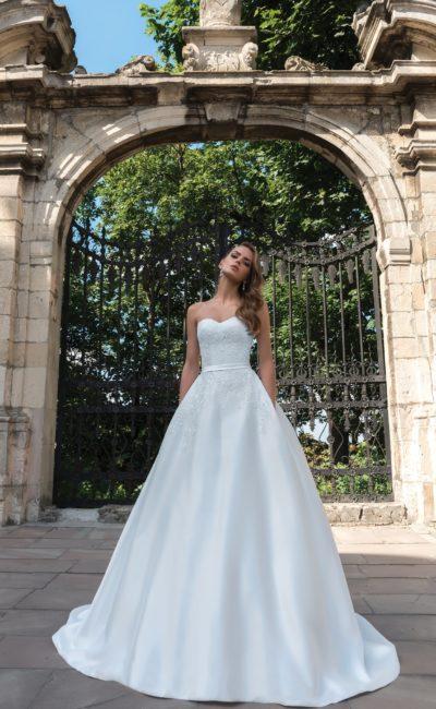 Атласное свадебное платье с лифом в форме сердца и кружевом на корсете.