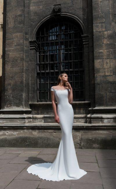 Утонченное свадебное платье «русалка»  с округлым вырезом с кружевной отделкой.