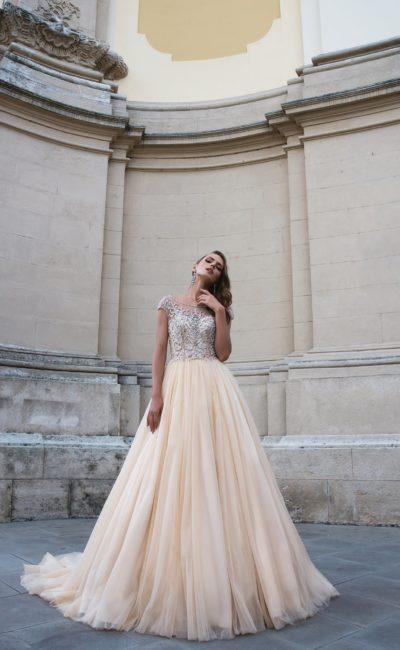 Свадебное платье золотистого цвета с облегающим лифом, покрытым бисером.