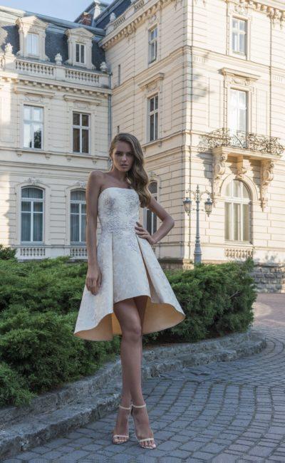 Бежевое свадебное платье из фактурной глянцевой ткани, с юбкой до середины бедра.