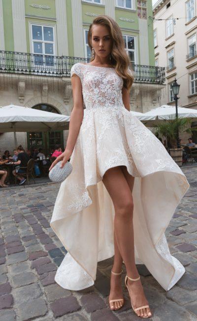 Укороченное спереди свадебное платье