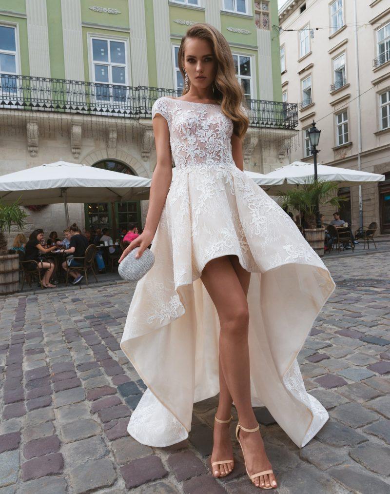 Эффектное свадебное платье цвета слоновой кости с укороченным спереди подолом.