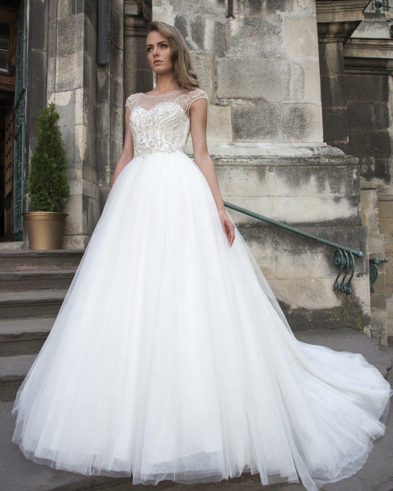 Пышное свадебное платье с лифом в форме сердца, украшенное бисерной вышивкой.