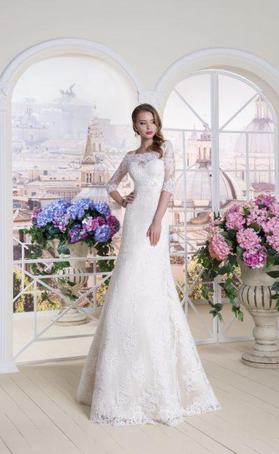 Персиковое свадебное платье А-силуэта с кружевным рукавом и атласным поясом.