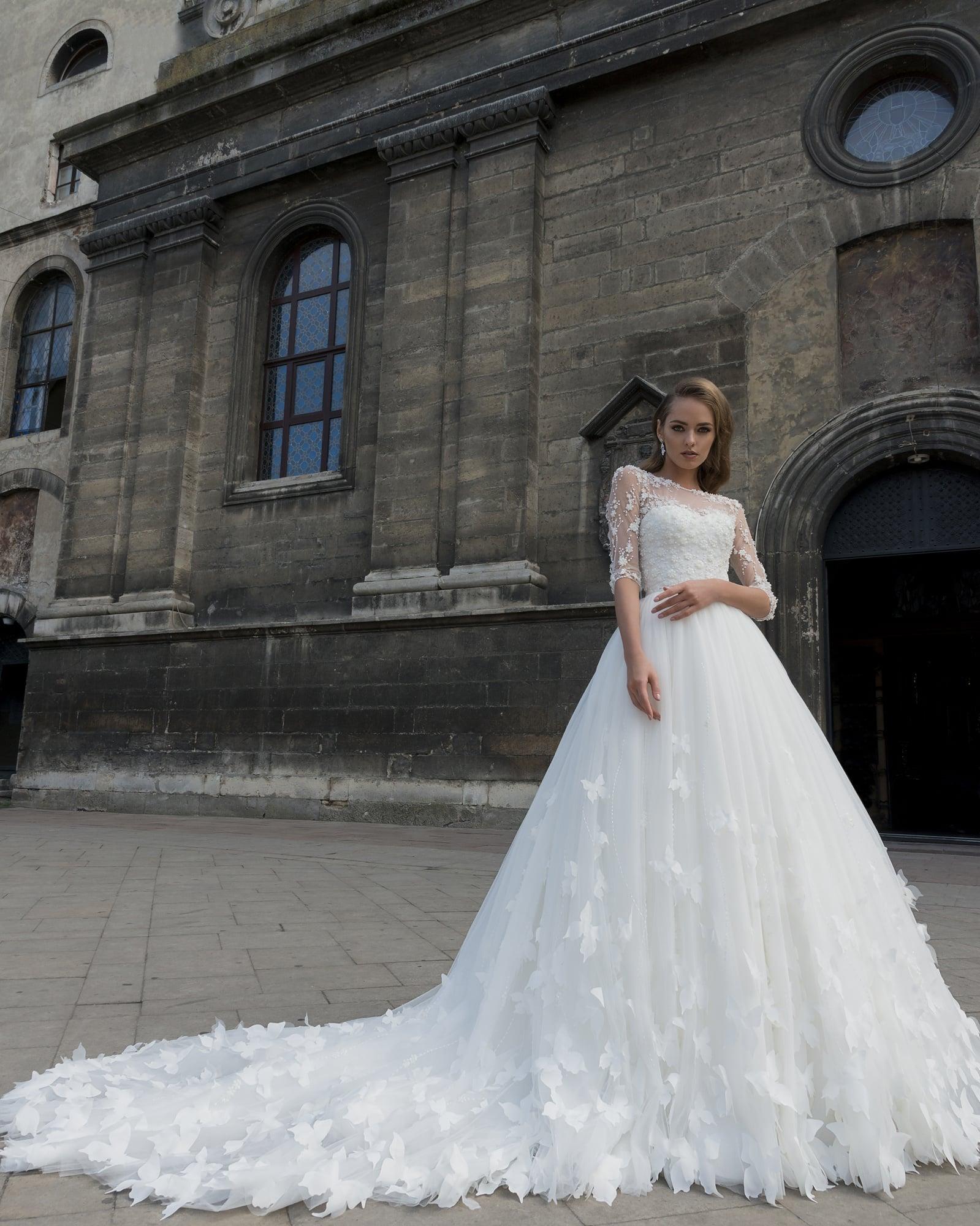 52668f02f96 Пышное свадебное платье с объемной отделкой и изящным прозрачным рукавом.