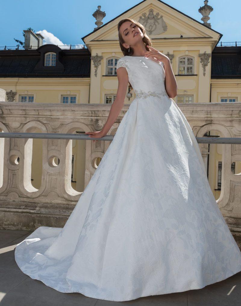 Фактурное свадебное платье пышного кроя с бисерным поясом и закрытым лифом.