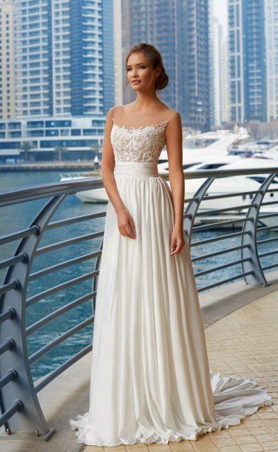 Прямое свадебное платье с широким поясом на талии и нежным лифом с кружевами.