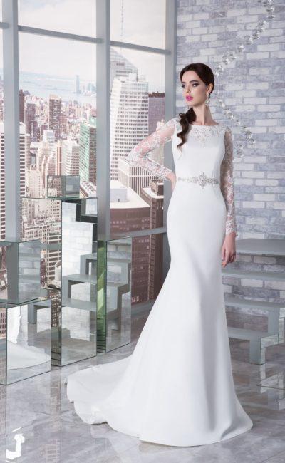 Облегающее свадебное платье со сверкающим поясом и длинным рукавом из кружева.