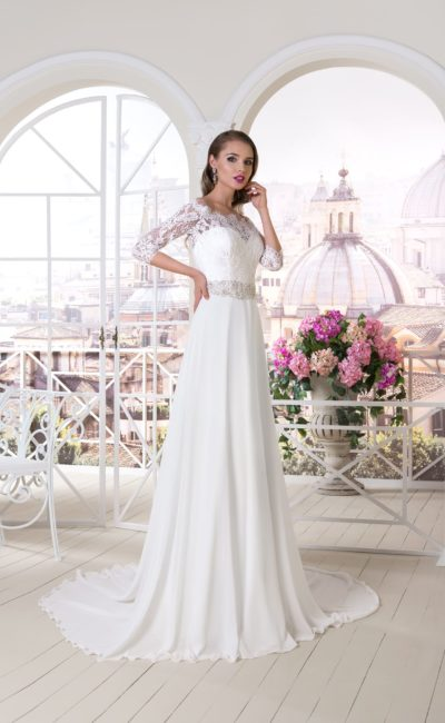 Свадебное платье с кружевным рукавом длиной три четверти и прямой юбкой со шлейфом.