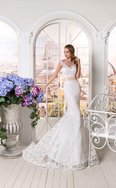 Ажурное свадебное платье кроя «русалка» с широким кремовым поясом на талии.