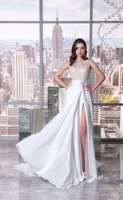 Стильное свадебное платье прямого кроя с закрытым верхом и высоким разрезом.