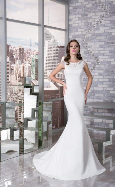 Эффектное свадебное платье с короткими рукавами и юбкой «рыбка» со шлейфом.