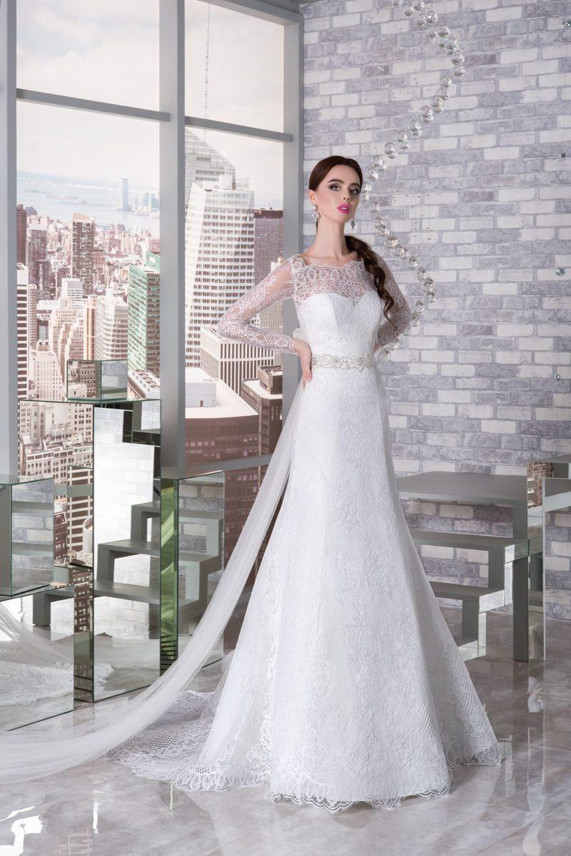 Утонченное свадебное платье «рыбка» с длинным кружевным рукавом и закрытым лифом.