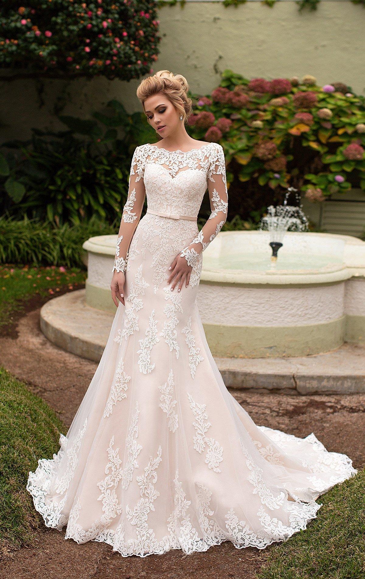 e78a7e048d510a Облегающее свадебное платье с подкладкой цвета слоновой кости и длинным  кружевным рукавом.