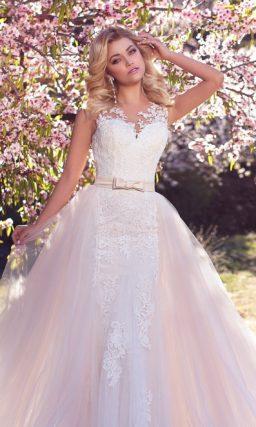 Потрясающее свадебное платье с кружевной отделкой и пышной верхней юбкой кремового цвета.
