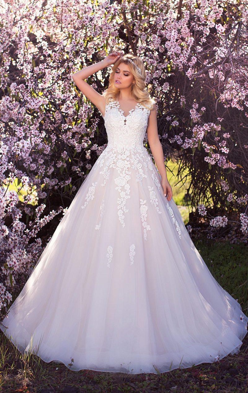 Очаровательное свадебное платье А-силуэта с кремовой подкладкой и белым кружевным декором.