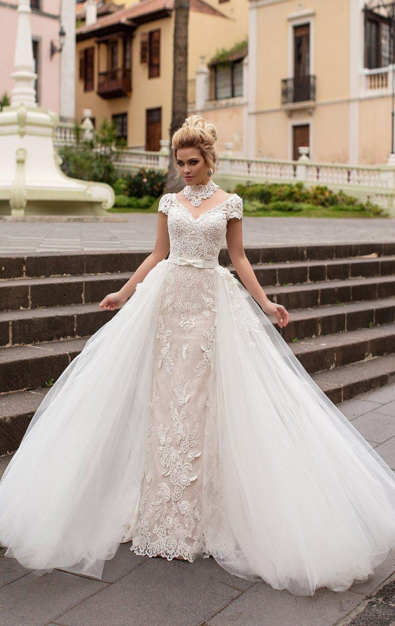 Великолепное свадебное платье прямого кроя на бежевой подкладке, с белой верхней юбкой.