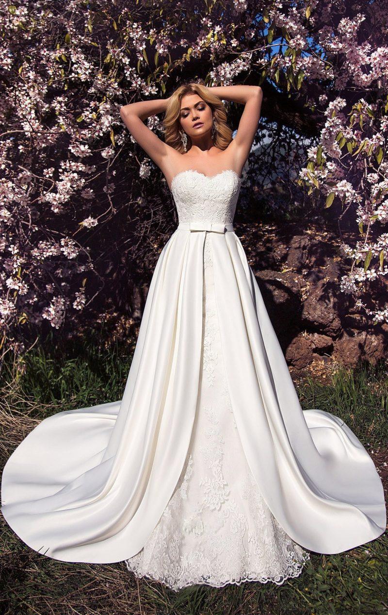 Атласное свадебное платье с двойной юбкой и открытым кружевным корсетом с лифом-сердечком.