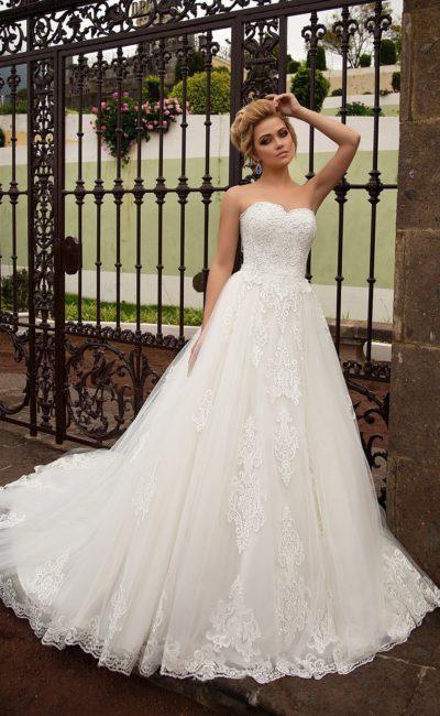 Чарующее свадебное платье с лаконичным открытым лифом и кружевной отделкой.