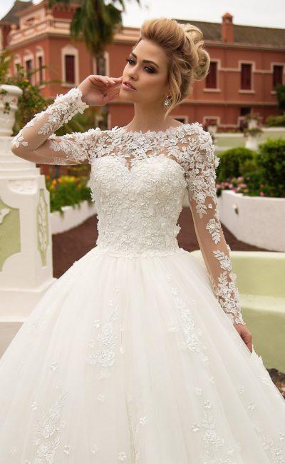 Оригинальное свадебное платье пышного кроя с длинными фактурными рукавами.