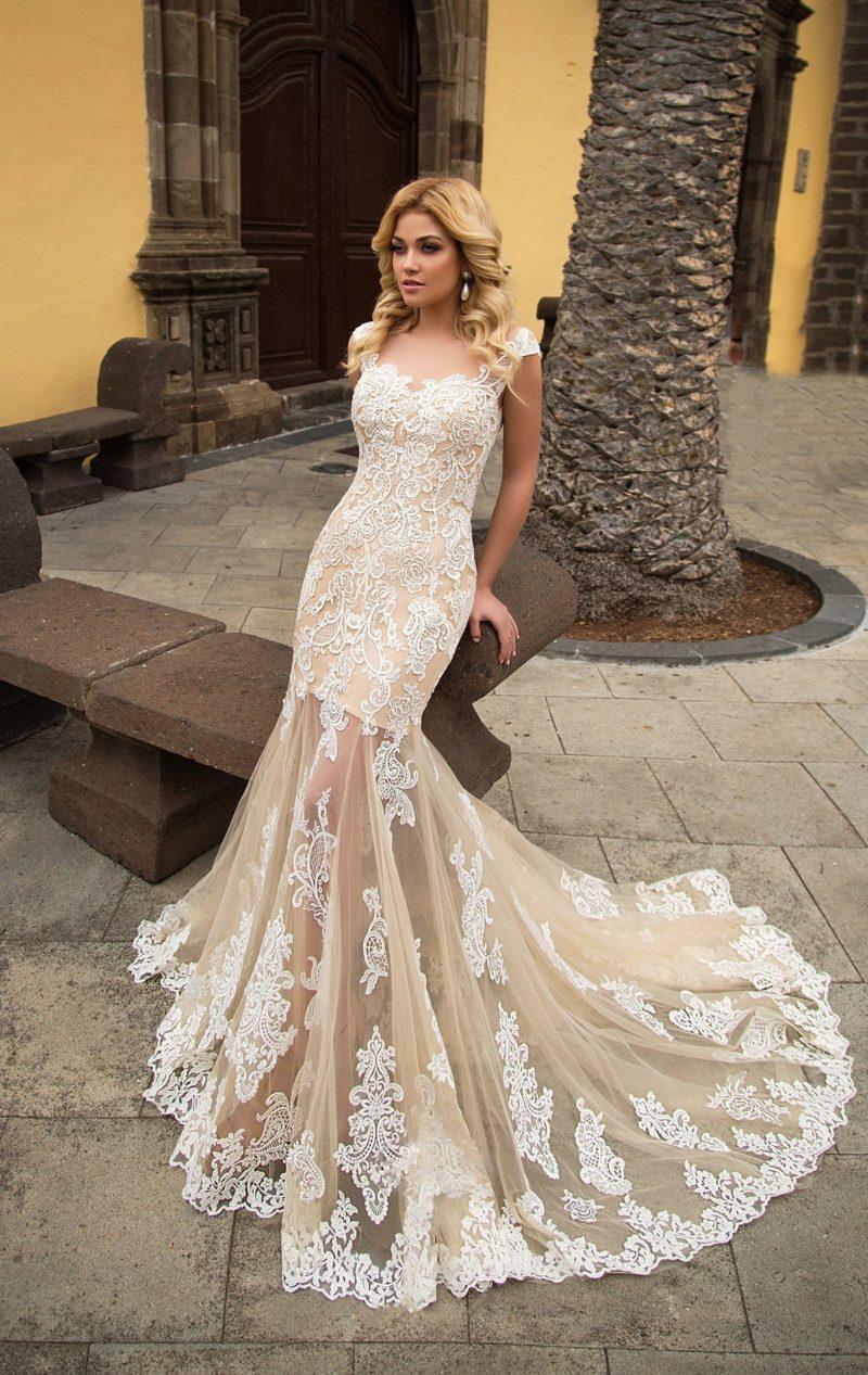 Бежевое свадебное платье «русалка» с полупрозрачной юбкой и белоснежным кружевом.