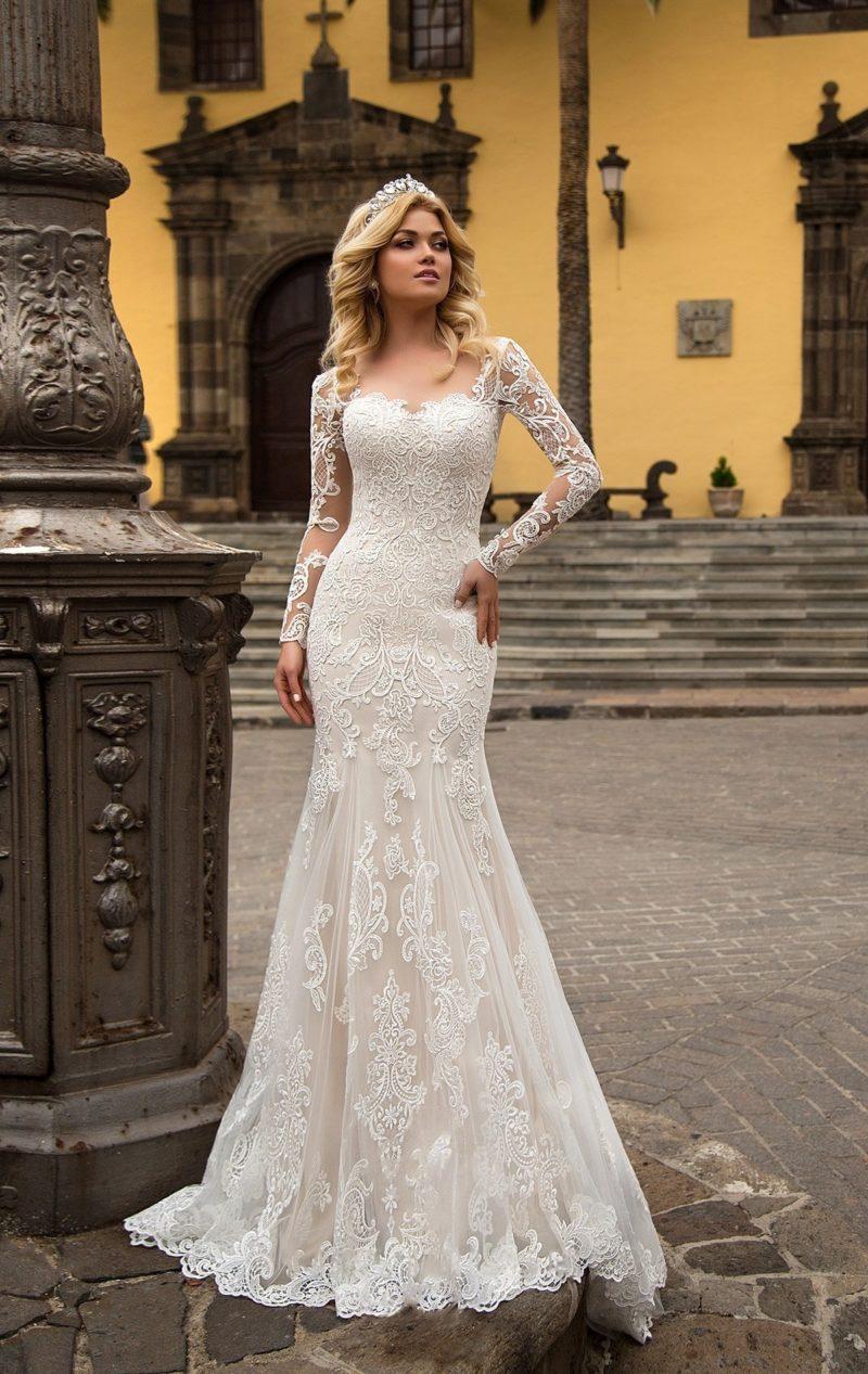 Закрытое свадебное платье облегающего женственного кроя с небольшим вырезом сзади.