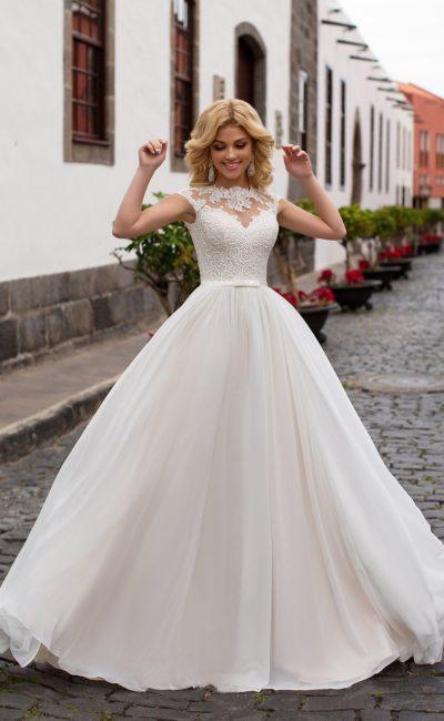 Женственное свадебное платье с многослойной юбкой и коротким рукавом из кружева.