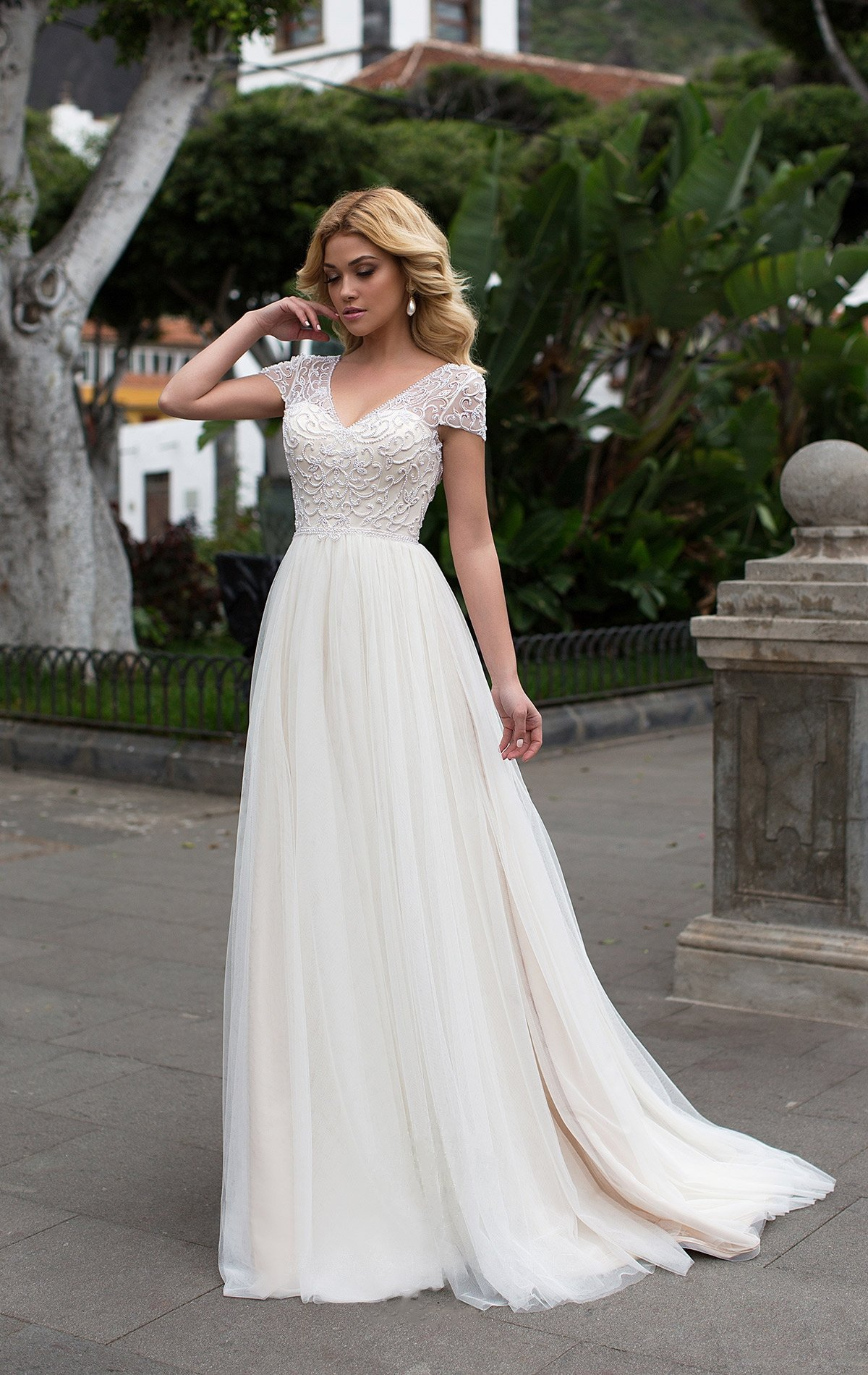 60680b25087a54 Свадебное платье с элегантным коротким рукавом и прямой многослойной юбкой.