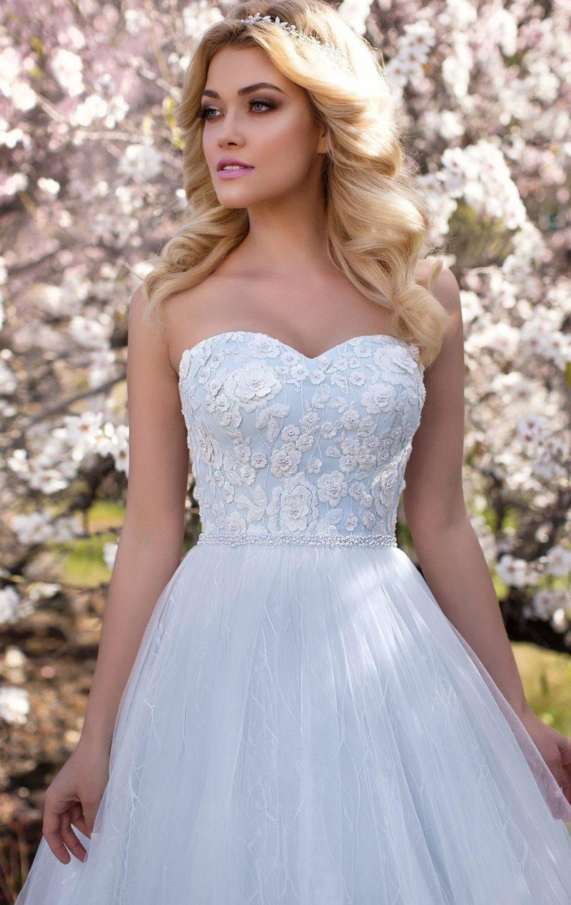Голубое свадебное платье с лаконичным открытым корсетом с аппликациями и пышной юбкой.