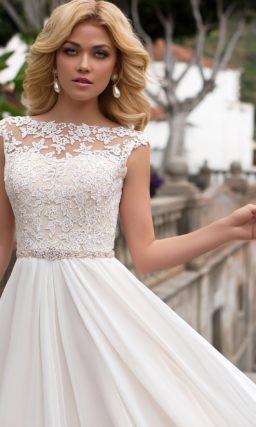 Сдержанное свадебное платье прямого кроя с кружевным декором и узким поясом.
