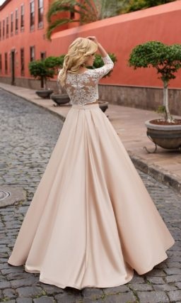 Эффектное свадебное платье с укороченным кружевным топом и розовой юбкой из атласа.
