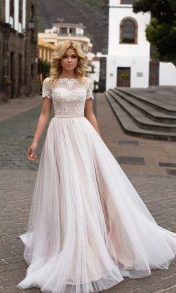 Нежное свадебное платье с эффектным кружевом по лифу и прямой розовой юбкой.