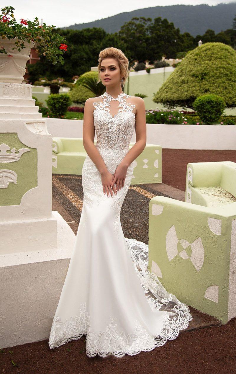 Шикарное свадебное платье облегающего кроя с длинным прозрачным шлейфом из кружева.