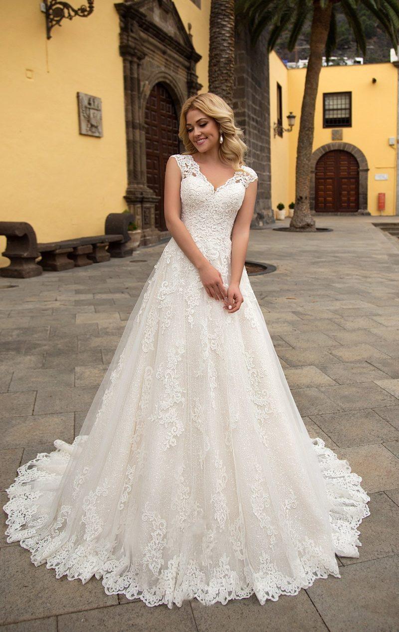 Элегантное свадебное платье «принцесса» с коротким рукавом и ажурным декором.
