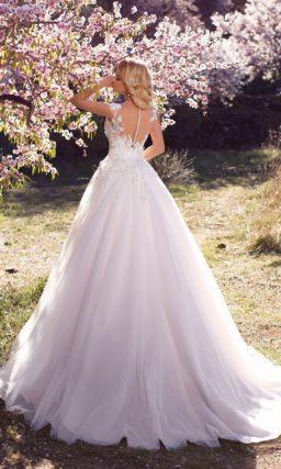 Романтичное свадебное платье пышного кроя с фактурными аппликациями на корсете.