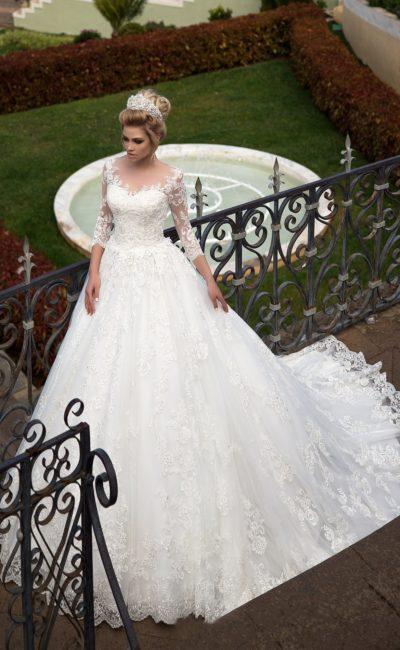 Свадебное платье со съемным кружевным верхом и многослойной юбкой со шлейфом.